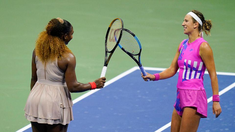 Serena Williams (l) gratuliert Wiktoryja Asaranka zu ihrem Sieg