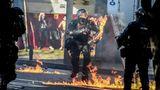 Medellin, Kolumbien. Ein Polizist einer Spezialeinheit wird bei Zusammenstößen mit Demonstranten von einer Benzinbombe getroffen. Bei gewaltsamen Protesten wegen des Todes eines Mannes nach einem Polizeieinsatz gab es Behördenangaben zufolge fünf Tote. 50 Menschen seien mit Verletzungen in Krankenhäuser gebracht worden. Auch 30 Polizisten hätten Verletzungen erlitten. Zudem wurden 53 Polizeiwachen sowie 77 Autos beschädigt.