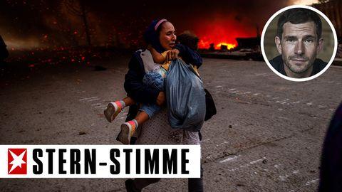 Eine Frau flieht mit einem Mädchen auf dem Arm vor den Flammen im Flüchtlingslager Moria