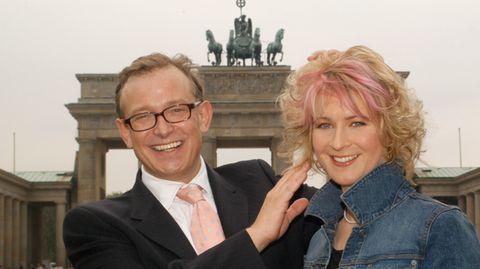 Claudia Pechstein lässt sich eine neue Frisur von Gerhard Meir in Berlin im Jahr 2004 verpassen.