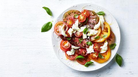 Tomate-Mozzarella auf einem Teller mit etwas Olivenöl