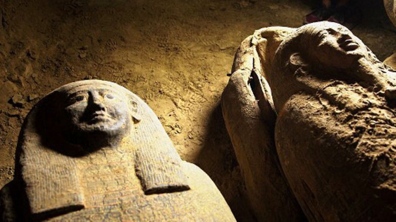 In schummerigem Licht liegen zwei Sarkophage auf festem Sandboden