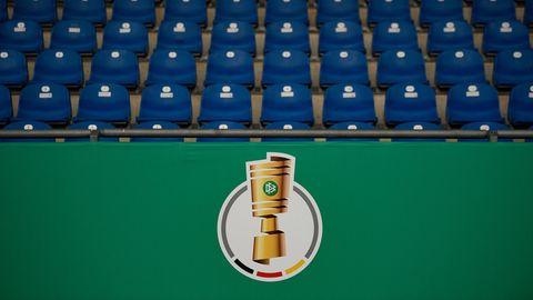 Das Logo des DFB-Pokals ist vor einer leeren Tribüne zu sehen