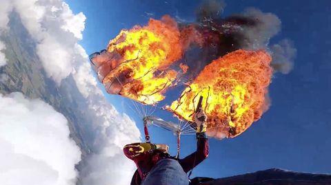 Kyle Marquardt zündet seinen Fallschirm mit einer Signalpistole an.