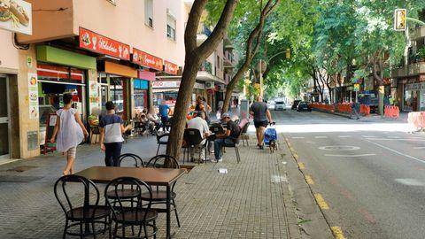 Menschen sitzen im Außenbereich eines Cafés im Stadtteil Son Gotleu.