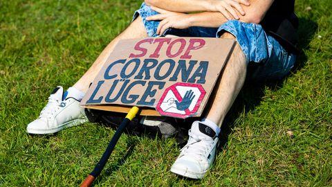 Plakat eines Demonstranten bei einer Demonstration gegen Corona-Maßnahmen: In München wurde eine solche Veranstaltung nun abgebrochen