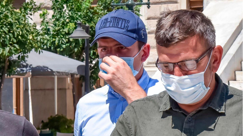 Harry Maguire verlässt mit Mundschutz ein Gericht auf Mykonos