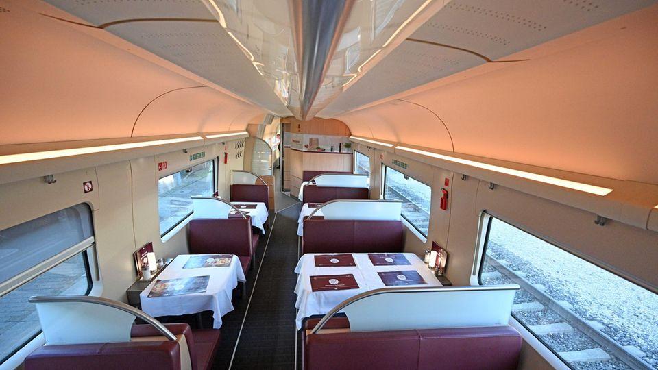 Leere Sitze im Bordrestaurant des ICE 602 von München nach Hamburg