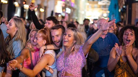 Masken und Abstand - war da was? Viele junge Briten nutzten das Wochenende zum ausgiebigen Feiern.