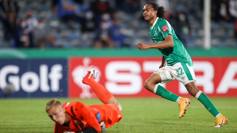 DFB-Pokal: Tahith Chong dreht nach dem 2:0 gegen Carl-Zeiss Jena jubelnd ab