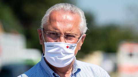 Joachim Herrmann (CSU), Innenminister von Bayern, trägt Mundschutz