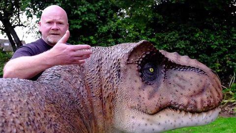 Der Brite Adrian Shaw überrascht seine Frau im einer riesigen T-Rex-Nachbildung im Garten.