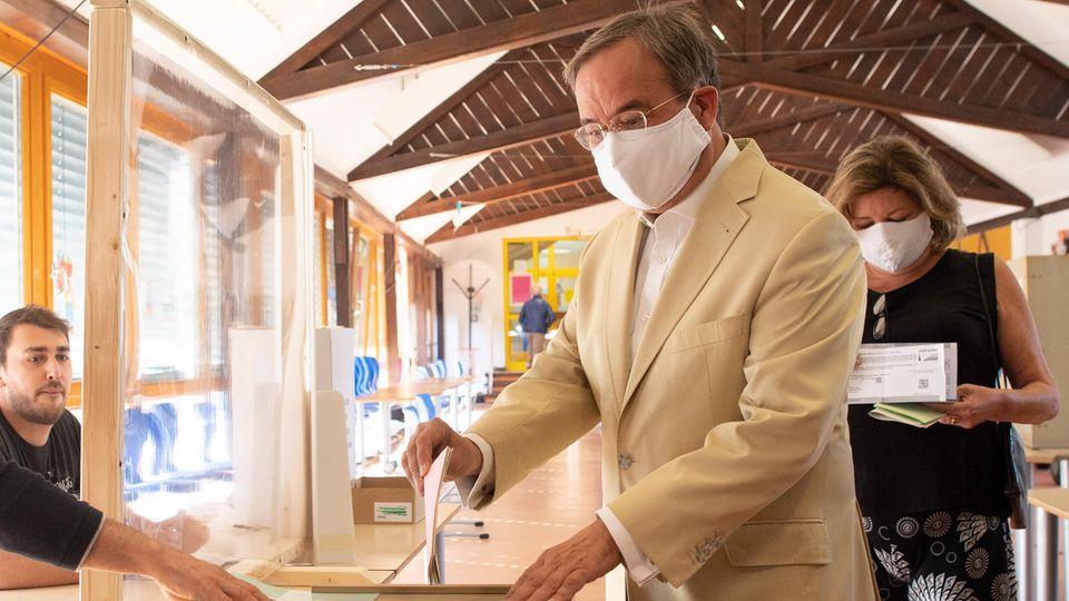 NRW-Ministerpräsident Armin Laschet steckt seinen Stimmzettel in die Wahlurne