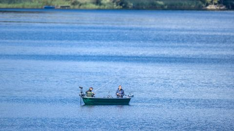 Nachrichten aus Deutschland: Zwei Angler in einem Ruderboot auf einem See
