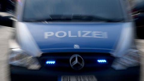 Ein Polizeiauto mit Blaulicht