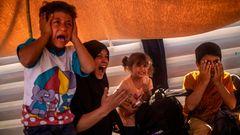 Eine Mutter und ihre Kinder schreien während des Tränengaseinsatzes der Polizei gegen DemonstranteninMytilene