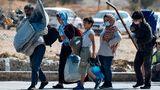 Familie zieht aus dem abgebrannten Lager Moria samt ihres Besitzes in ein temporäres Camp um
