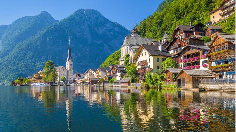 Österreich:In der Alpenrepublik sind die Zahlen der Neuinfektionen jüngst dramatisch gestiegen. Deshalb gilt seit Montag landesweit in Geschäften wieder eine Maskenpflicht. Auch für Veranstaltungen außen und innen wurden die Bedingungen deutlich verschärft. Die Regeln für die Ein- und Durchreise aus Deutschland sind von den neuen Maßnahmen nicht betroffen. Sie ist problemlos möglich.  Nur wer in den zehn Tagen davor in einer in Österreich als Corona-Risikogebiet geltenden Region war, muss für die Einreise mit Aufenthalt einen negativen PCR-Test nachweisen oder in Quarantäne. An den Grenzen zu Ungarn, Slowenien und Italien wird stichprobenartig kontrolliert.