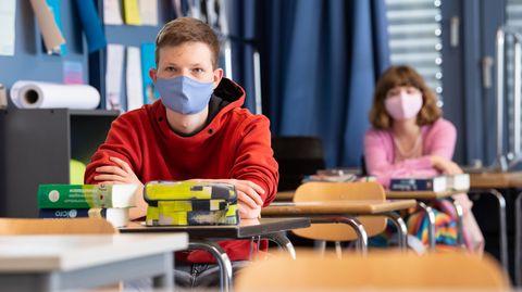 Schüler einer 12. Klasse des Lise-Meitner-Gymnasiums nehmen am Unterricht teil und tragen Mundschutze