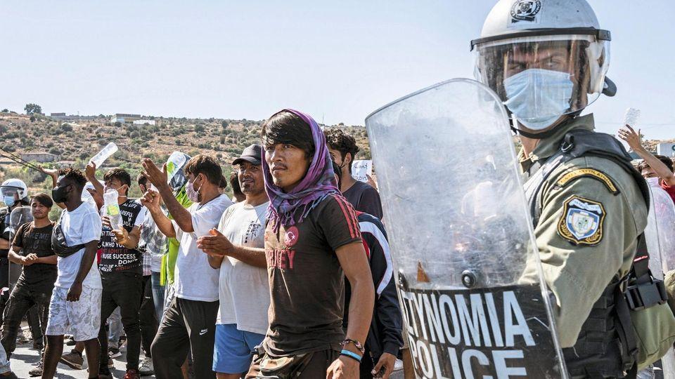 Die Polizei hält Flüchtlinge auf Lesbos in Schach