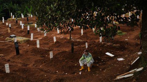 Totengräber ruht sich auf einem Friedhof in Jakarta aus