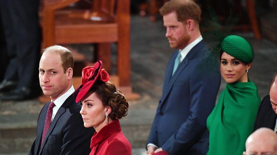 Prinz William und Prinz Harry mit ihren Frauen