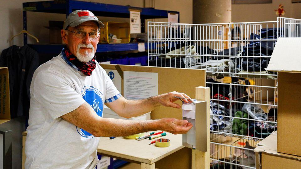 Außerdem hat der Mann aus Hamburg-Rahlstedt das Hygienekonzept für den Verein erarbeitet und Ständer mit Desinfektionsspendern gebaut sowie Plexiglasscheiben angebracht.