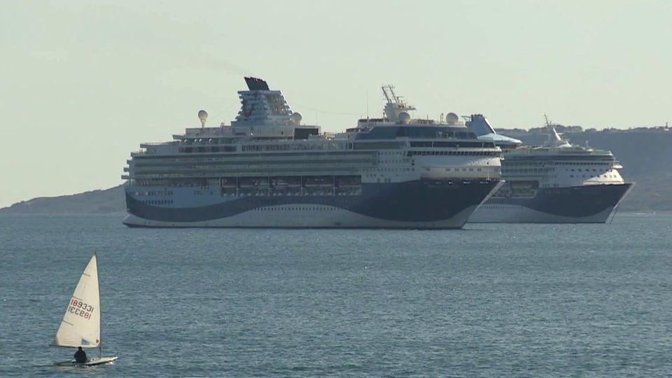 Kreuzfahrtschiffe parken vor England und werden zur Touristen-Attraktion