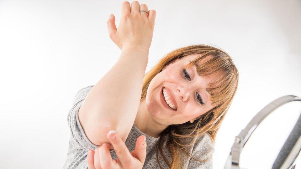 Die beste Vorbeugung gegen Neurodermitis ist intensive Pflege mit Salben und Cremes.