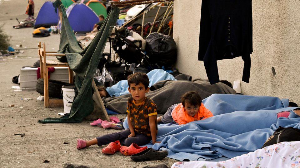 Kinder schlafen auf der Straße, nachdem das Flüchtlingslager Moria abgebrannt ist