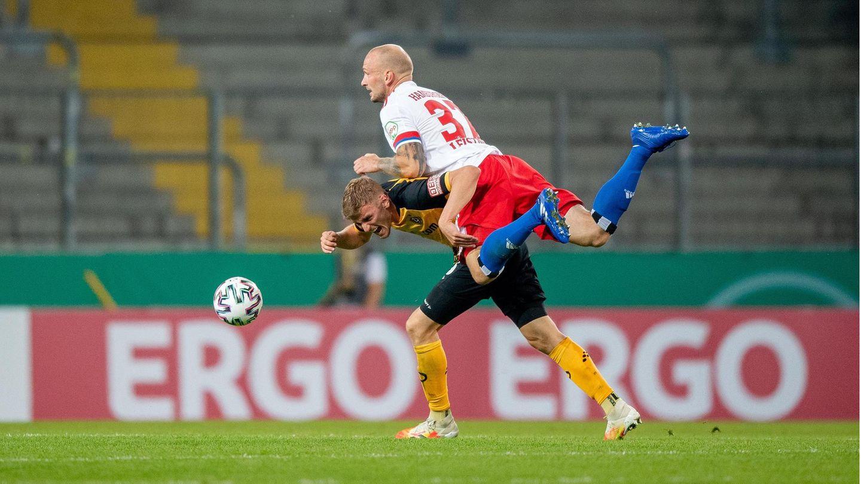 DFB-Pokal: HSV-Neuzugang Toni Leistner im Zweikampf mit einem Dynamo-Spieler