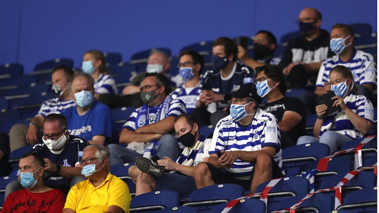 Fans auf Abstand auf der Tribüne in Duisburg