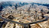 Phoenix, USA. Kein Haus ist mehr übrig: Dieses Viertel derStadt in Jackson County im Bundesstaat Oregon ist bei den Waldbränden an der Westküste komplett in Schutt und Asche gelegt worden.Die verheerende Feuerhaben in den vergangenen Wochen riesige Flächen Land zerstört, ganze Ortschaften brannten ab, 35 Menschen starben. Ein Anstieg der Opferzahlen wird befürchtet.