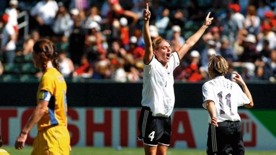 Die Deutsche Nia KŸnzer (2.v.r.) rei§t jubelnd die Arme in die Hšhe. Sie hat das Golden Goal gegen Schweden in der 98. Minute erzielt. Mitspielerin Martina MŸller stŸrmt auf sie zu. Die deutsche Fu§ball-Nationalmannschaft der Frauen gewinnt am 12.10.200...