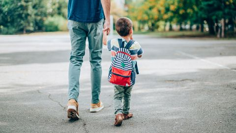 Coronavirus: Vater und Sohn gehen in den Kindergarten