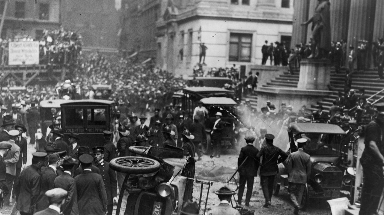 16. September 1920: Bombenanschlag auf die New Yorker Wall Street  Es war einer der schwersten Anschläge seiner Zeit: Um 12.01 Uhr mittags detonierte gegenüber dem Hauptsitz der Bank J.P. Morgan & Co. in 23 Wall Street, New York City, ein in einem Pferdewagen deponierter Sprengsatz. 30 Menschen wurden durch die Explosion sofort getötet und mehr als 300 verletzt. In den folgenden Tagen erlagen weitere Menschen ihren Verletzungen. Insgesamt verloren 38 Menschenihr Leben.Die Umstände desAnschlags wurden nie vollständig aufgeklärt, niemand erklärte sich dafür verantwortlich. Es wurde über einen möglichen Raub oder einen Terrorakt von Anarchisten oder Kommunisten spekuliert. Die Ermittlungen wurden 1940 eingestellt. Die Fassade des beschädigten Gebäudes an der Wall Street 23 wurde nicht repariert.  Quelle:Encyclopaedia Britannica