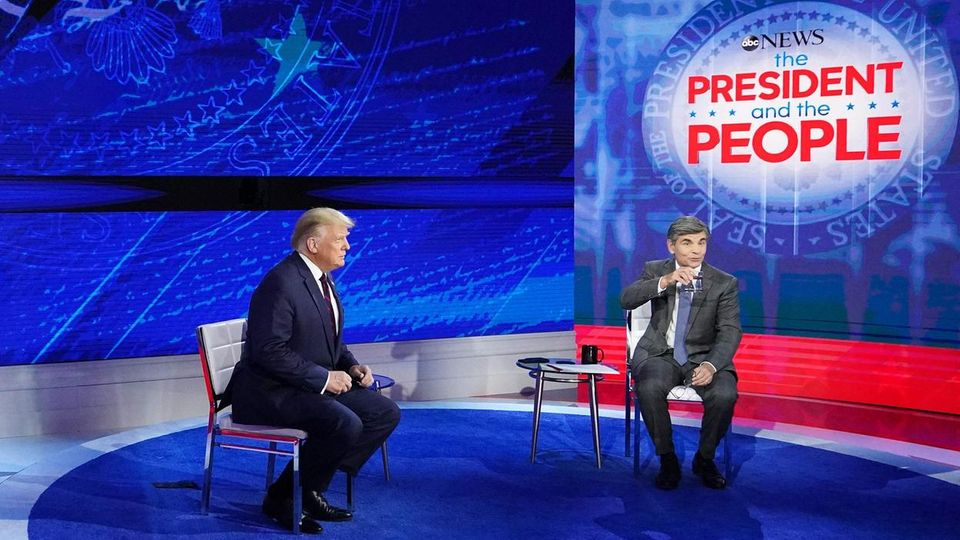 US-Präsident Donald Trump mit ABC-Moderator George Stephanopoulos im National Constitution Center in Philadelphia