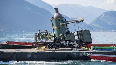 Bild 1 von 9 der Fotostrecke zum Klicken:  Baujahr 1873: Dieweltweit noch einzige fahrbare Zahnraddampflok wird von Luzern über den Vierwaldstättersee geschleppt.