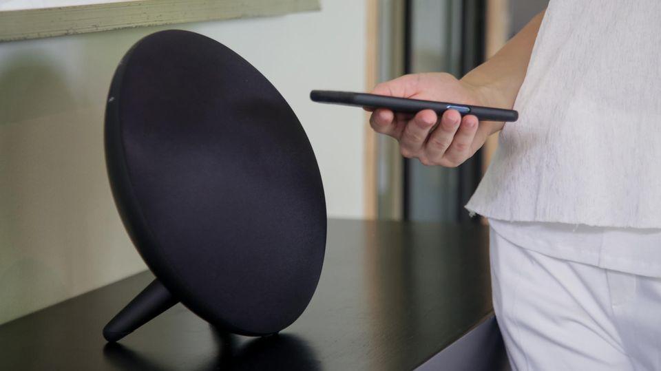 Aktuelle Multiroom-Lautsprecher können nicht nur über App, sondern auch via Sprachbefehl gesteuert werden