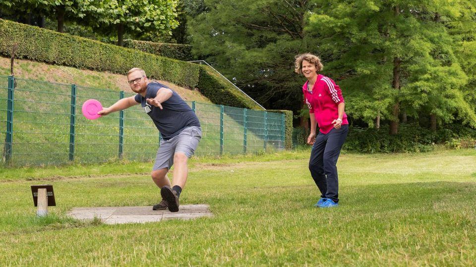 Stéphanie Souron und Maik Christlieb spielen Frisbeegolf