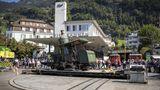 ... und landet auf der Drehscheibe des Rigi-Bahnhofs Vitznau. Hier steigen seit Jahrzehnten die Passagiere vom Raddampfer in die Rigi-Bahnen um.