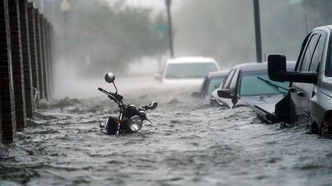 USA, Pensacola: Fahrzeuge stehen auf einer überfluteten Straße