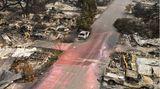 Talent, USA. Die Häuser: dem Erdboden gleich gemacht. Die Autos: nur noch verkohlte Wracks. Auf den Straßen: die roten Rückstände der Löschmittel. Im Westen der USA, wie hier im Bundesstaat Oregon, hat dasAlmeda-Feuer gigantische Flächen verbrannt. Mindestens 35 Menschen sind der in der gesamten Region ums Leben gekommen.