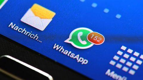 WhatsApp Kontakt löschen: Smartphone-Display zeigt 152 ungelesene WhatsApp-Nachrichten