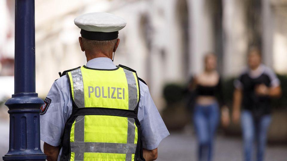 Ein Polizist auf Streife (Archivbild)