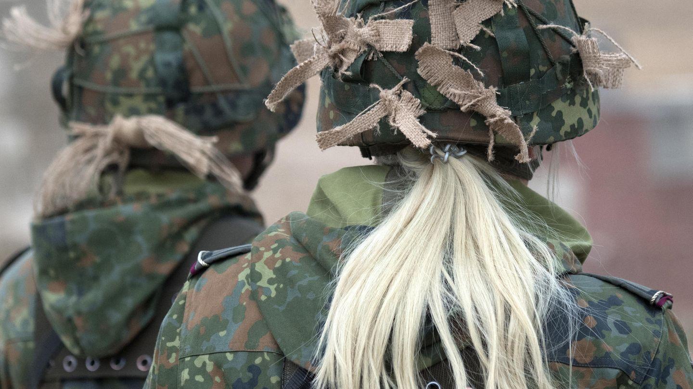 Soldatinnen der Bundeswehr von hinten