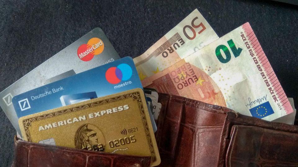 Bargeld statt Bezahl-App: Geldbörse mit Euroscheinen und Kreditkarten