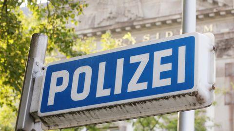 Vor dem Eingang zum Essener Polizeipräsidium ist ein blaues Polizeischild zu sehen