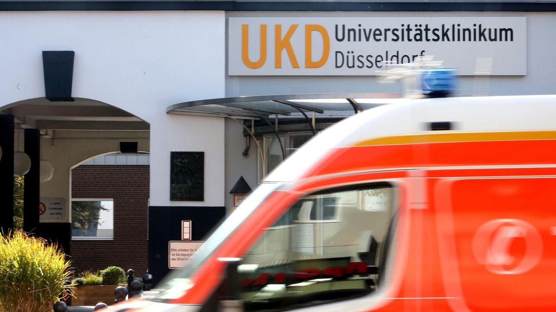 Am Haupteingang zum Universitätsklinikum Düsseldorf fährt ein Krankenwagen vorbei