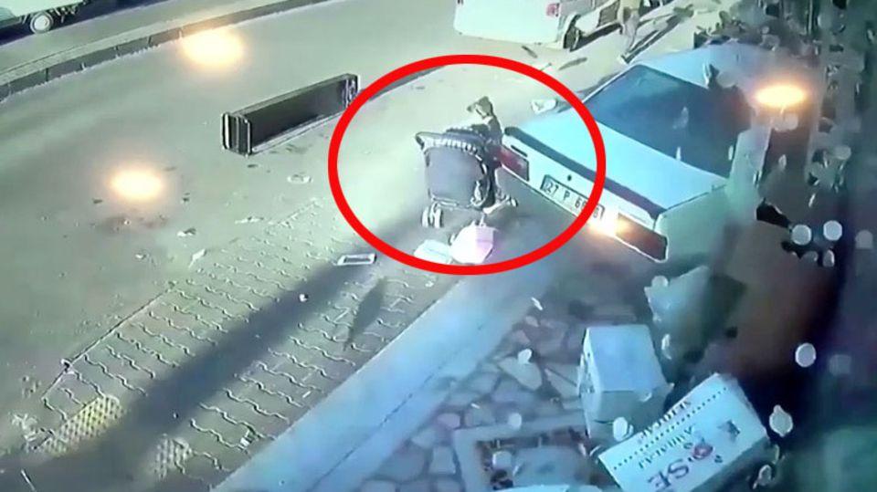 Auto verpasst Kleinkind knapp
